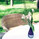 A tabela ajustou-se com flores Fotos de Stock