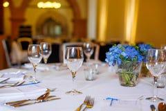 A tabela ajustou-se em azul e em branco para o partido do casamento ou do evento Fotografia de Stock