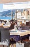 A tabela ajustou-se no restaurante italiano na frente da baía de Camogli, Ge próximo Fotografia de Stock