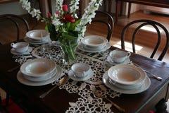 A tabela ajustou-se para o almoço, uma réplica do tempo em que Madre Teresa viveu em Skopje imagens de stock royalty free