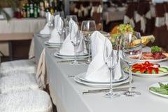 A tabela ajustou-se para o partido do evento ou a celebração do copo de água Foto de Stock Royalty Free