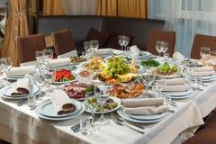A tabela ajustou-se para o partido do evento ou a celebração do copo de água Fotografia de Stock Royalty Free