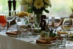 A tabela ajustou-se para um partido ou um copo de água do evento fotos de stock