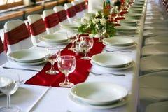 A tabela ajustou-se para um partido ou um casamento do evento foto de stock