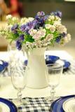 A tabela ajustou-se para um partido ou um copo de água do evento Fotos de Stock Royalty Free