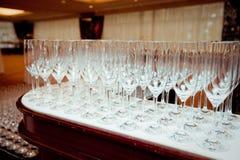 A tabela ajustou-se para um partido ou um copo de água do evento Imagens de Stock