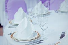 A tabela ajustou-se para um partido ou um copo de água do evento Imagem de Stock Royalty Free