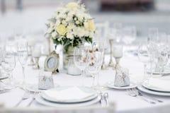 A tabela ajustou-se para um partido ou um copo de água do evento Fotografia de Stock