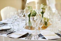 A tabela ajustou-se para um partido ou um copo de água do evento Imagem de Stock