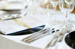 A tabela ajustou-se para um partido ou um copo de água do evento Fotografia de Stock Royalty Free