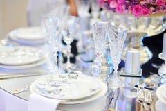 A tabela ajustou-se para um partido ou um copo de água do evento Imagens de Stock Royalty Free