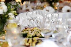 A tabela ajustou-se para um partido ou um jantar festivo Imagem de Stock Royalty Free