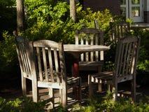 Tabela & cadeiras ao ar livre protegidas Fotos de Stock Royalty Free