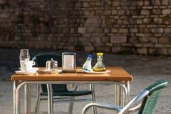 Tabela ao ar livre do restaurante Imagens de Stock Royalty Free