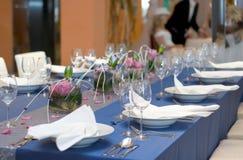 A tabela azul ajustou-se para o jantar Fotos de Stock