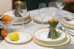 A tabela bonita ajustou-se com flores para um evento, um partido ou um copo de água festivo Imagens de Stock Royalty Free