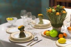 A tabela bonita ajustou-se com flores para um evento, um partido ou um copo de água festivo Fotografia de Stock
