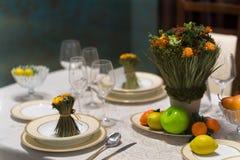 A tabela bonita ajustou-se com flores para um evento, um partido ou um copo de água festivo Imagem de Stock