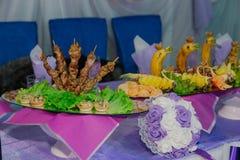 Tabela bonita festiva servida por pratos diferentes fotografia de stock royalty free