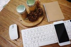 Tabela branca da mesa de escritório com muitas coisas nela foto de stock
