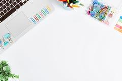 Tabela branca da mesa de escritório, configuração lisa Imagens de Stock