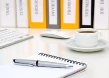 Tabela branca do escritório com classe executiva Grey Metal Pen Coffee Computer do bloco de notas fotografia de stock