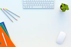 A tabela branca do escritório com cor do rato do teclado de computador escreve brochuras e outro fontes Imagem de Stock Royalty Free