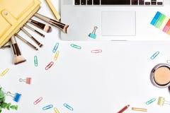 Tabela branca fêmea da mesa de escritório, configuração lisa Imagens de Stock Royalty Free