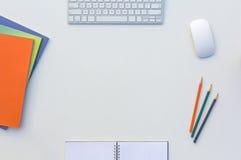Tabela brilhante do escritório criativo com os compartimentos da cor e os lápis de harmonização computador e bloco de notas Fotos de Stock Royalty Free