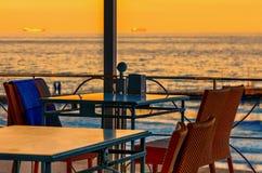 Tabela, cadeiras de vime, manta quadriculado em uma cadeira, um guardanapo com Fotos de Stock Royalty Free