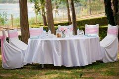 Tabela, cadeiras e decorações em um casamento Imagens de Stock