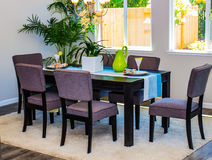 Tabela & cadeiras modernas da sala de jantar Fotos de Stock Royalty Free