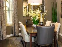 Tabela & cadeiras modernas da sala de jantar com grandes peças centrais Imagem de Stock