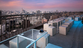 Tabela & cadeiras no terraço, skyline urbana da cidade, Banguecoque, Tailândia foto de stock