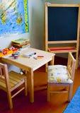 A tabela, cadeiras, placa de escola está em uma classe Imagens de Stock Royalty Free
