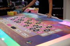 Tabela clássica da roleta do casino com negociante Imagens de Stock Royalty Free