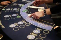 Tabela clássica do vinte-e-um do casino com negociante Imagem de Stock