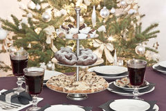 Tabela coberta no christmastime Imagens de Stock Royalty Free