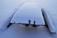 Tabela coberto de neve e bancos Fotos de Stock Royalty Free