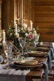 Tabela colocada pelo banquete do casamento em um celeiro Quadro vertical Fotos de Stock