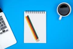 Tabela colorida da mesa de escritório com equipamento Imagem de Stock Royalty Free