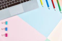 Tabela colorida da mesa de escritório, configuração lisa Fotografia de Stock Royalty Free