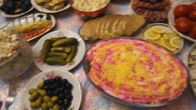 Tabela com alimento e vidros do suco, mãos de comer povos vídeos de arquivo