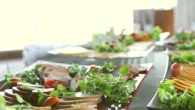 Tabela com alimento, saladas, restaurante e conceito da restauração vídeos de arquivo