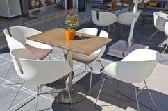 Tabela com as cadeiras no café do ar livre Imagem de Stock Royalty Free