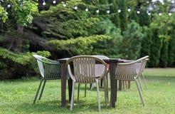 Tabela com as cadeiras no jardim do verão Imagens de Stock Royalty Free