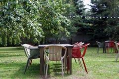 Tabela com as cadeiras no jardim do verão Fotografia de Stock