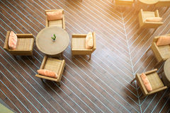 Tabela com as quatro cadeiras no sol em assoalhos de madeira fotografia de stock