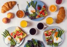 Tabela com café da manhã, vista superior imagem de stock