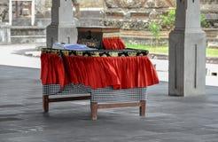 Tabela com a caixa para doações e com escrita do livro perto do templo em Bali fotografia de stock